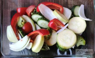 Шаг 4: Выложите все нарезанные овощи в форму.