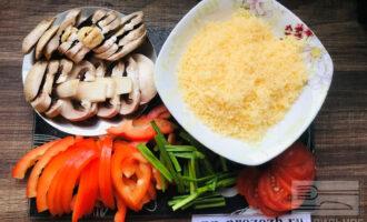 Шаг 5: Нарежьте шампиньоны, перец и зеленый лук для начинки. На мелкой терке натрите сыр.