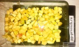 Шаг 7: Нарежьте яблоки кубиками, и выложите в смазанную кокосовым маслом форму.