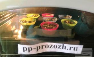 Шаг 9: Разогрейте духовку до 200 градусов и ставьте кексы выпекаться.