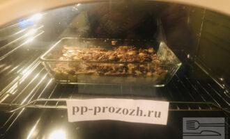 Шаг 9: Разогрейте заранее духовку до 180 градусов и отправьте шарлотку выпекаться примерно на 30 минут, но следите чтобы она не пригорела.