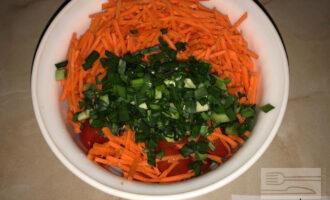 Шаг 4: Натрите морковь на терке, нарежьте зеленый лук и добавьте к овощам.