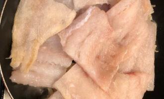 Шаг 4: Выложите кусочки рыбы на лук, тушите, пока не испарится лишняя влага.