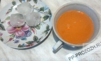 Шаг 4: В морковный сок добавьте мускатный орех и перемешайте. Возьмите три кусочка льда или больше на ваше усмотрение. Поместите сок и лед в чашу блендера и слегка измельчите с остальными ингредиентами.