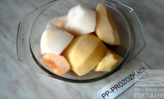 Шаг 2: Яблоки очистите от кожуры и косточек, нарежьте на четвертинки и поставьте в микроволновку на 3 минуты при максимальной температуре, для прогревания и размягчения.