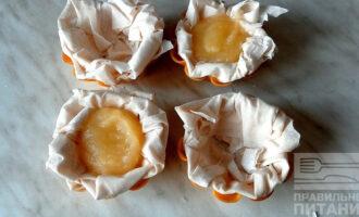 Шаг 5: Возьмите по три листочка и уложите в хаотичной форме в силиконовые корзиночки, а края смажьте желтком для красивого карамельного цвета после жарки.