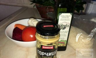 Шаг 1: Очистите и помойте необходимые овощи для салата, подготовьте ингредиенты для соуса.
