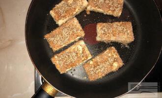 Шаг 6: Обмакните каждый кусочек отдельно сначала в соусе, потом обваляйте в отрубях.  Сковороду смажьте оливковым маслом и жарьте ка медленном огне примерно 7 минут  с каждой стороны.
