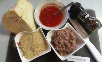 Шаг 1: Подготовьте компоненты. Из куриных бедер, лука и телятины приготовьте фарш.