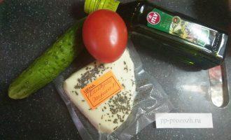 Шаг 1: Подготовьте ингредиенты: сыр Халуми, овощи и немного масла.