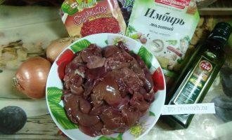 Шаг 1: Подготовьте ингредиенты: печень, лук, морковь, специи. Печень промойте, удалите лишний жир.