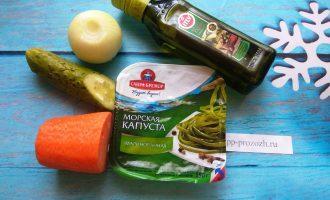 Шаг 1: Для салата подготовьте: морскую капусту маринованную (без добавок), огурец, морковь, лук и оливковое масло.