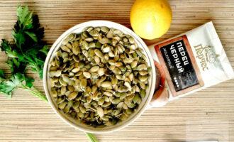 Шаг 1: Подготовьте ингредиенты: тыквенные семечки, петрушку, чеснок, соль, перец. Из лимона выжмите сок.