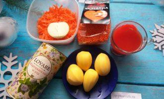 Шаг 1: Подготовьте ингредиенты: чечевицу, картофель, лук, морковь, томатный сок или пасту и мяту.