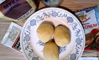 Шаг 1: Подготовьте ингредиенты: картофель (промойте и почистите), соль, перец, специи, растительное масло, муку.