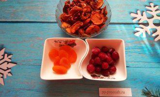 Шаг 1: Для приготовления узвара подготовьте: сушеные яблоки, курагу, немного вишни.