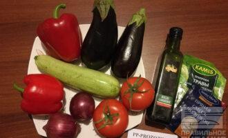 Шаг 1: Подготовьте ингредиенты для шашлычков. Овощи вымойте и очистите. Если кабачки и баклажаны молодые, то шкурку можно не очищать.