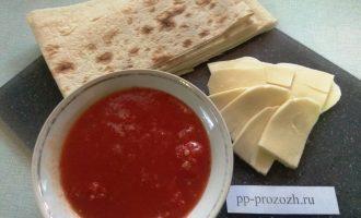 Шаг 1: Для приготовления сырного перекуса подготовьте: лаваш, сыр, томатный сок и зелень.