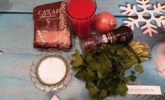 Шаг 1: Для соуса подготовьте: томатный сок с мякотью, кинзу, репчатый лук и специи.