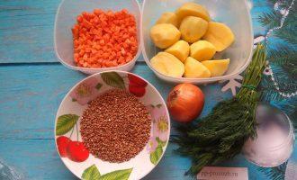 Шаг 1: Подготовьте гречку и овощи.