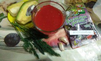 Шаг 1: Для приготовления соуса возьмите: томатный сок, половину авокадо, чеснок, зелень укропа и базилика (у меня сушеная, при желании возьмите свежую).