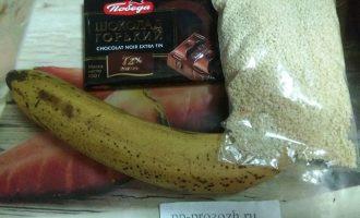 Шаг 1: Для приготовления эскимо подготовьте ингредиенты: банан, черный шоколад или какао-порошок и какао-масло, кунжут для присыпки. Кунжут можно заменить на любые орехи или семечки.