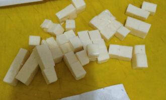 Шаг 10: Пока бульон из овощей варится, мелко нарежьте сыр.