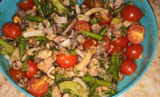 Шаг 8: Добавьте соус в салат, тщательно размешайте. Салат готов.