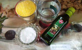 Шаг 1: Для приготовления мамалыги возьмите кукурузную крупу мелкого помола, воду, соль, оливковое масло.