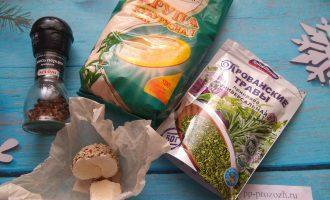 Шаг 1: Для приготовления поленты подготовьте: кукурузную крупу мелкого помола, сушеные травы, воду и твердый сыр.