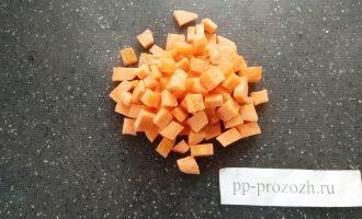 Шаг 3: Нарежьте морковь и полейте ее маслом. Это необходимо для перехода витамина А из моркови в жидкость.