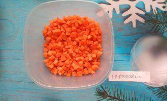 Шаг 2: Морковь нарежьте кубиками.