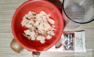 Шаг 1: Подготовьте ингредиенты: цветную капусту (у меня замороженная), лук, чеснок, соль, перец и немного воды.