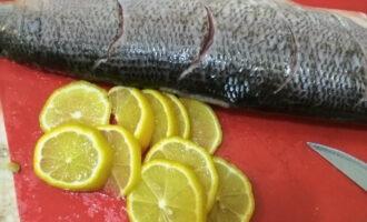 Шаг 4: Нарежьте лимон дольками или кружочками.