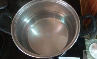 Шаг 2: Налейте приблизительно 700 миллилитров воды и поставьте на плиту для закипания. Добавьте соль и специи. Остальную воду добавьте позже.