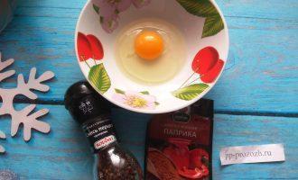 Шаг 3: Разбейте в тарелку яйцо, размешайте и добавьте специи.