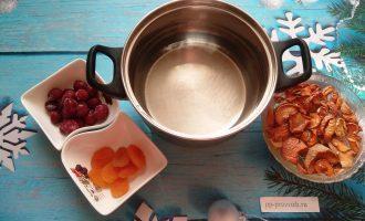 Шаг 3: В кастрюлю налейте холодную воду и добавьте сухофрукты и вишню. Поставьте на плиту.