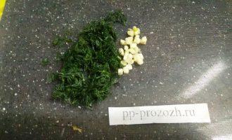 Шаг 3: Мелко нарежьте зелень и чеснок.