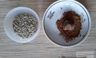 Шаг 4: Подготовьте обсыпку: измельчите семечки, если нужно подсыпьте еще какао-порошок. Из шоколадной массы сформируйте трюфели в форме конуса и обваляйте их в какао-порошке или в семечках.