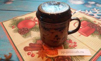 Шаг 4: Накройте чашку блюдцем или специальной крышкой. Настаивайте 10 минут.
