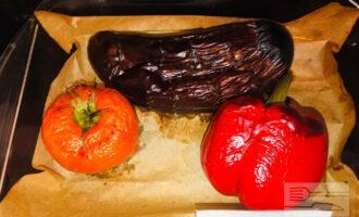 Шаг 4: Овощи должны получиться мягкими. Остудите овощи. Разрежьте баклажан пополам и дайте стечь лишней жидкости. Снимите со всех овощей кожуру, перец освободите от семян.