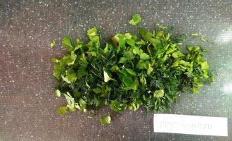 Шаг 4: Измельчите зелень. Используйте любимые виды зелени. В данном варианте кинза и укроп.