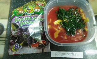 Шаг 4: Смешайте сок, авокадо, зелень и чеснок.