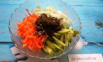 Шаг 5: Смешайте все овощи и полейте оливковым маслом. Дайте салату настояться минут 20. Если Вы используете замороженную ламинарию, то сбрызните салат яблочным уксусом.