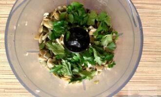 Шаг 4: Добавьте соль, перец и вымытую зелень петрушки. Измельчайте до однородной консистенции. Густоту соуса регулируйте добавлением небольшого количества воды.