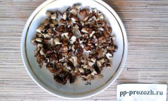 Шаг 5: Тем временем порубите грецкие орехи небольшими кусочками.
