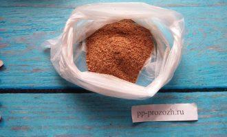 Шаг 5: В пакет насыпьте панировочные сухари. Можете использовать подсушенный и измельченный хлеб.