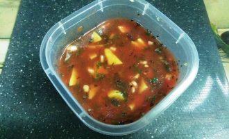 Шаг 5: Разомните вилкой авокадо, но так чтобы все равно оставались кусочки. Добавьте молотый перец. Соус готов.
