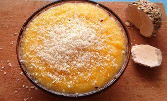 Шаг 5: Натрите на терке твердый сыр, посыпьте им кашу. Блюдо готово.