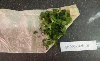 Шаг 6: Добавьте немного зелени. Можно смешать сыр с зеленью и выкладывать в виде начинки.